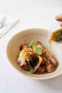 Seitan 'bourguignon' aux champignons et sauce miso, servi avec une mousseline de pommes de terre