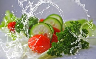 Comment suivre un régime végétalien cru: avantages et risques.