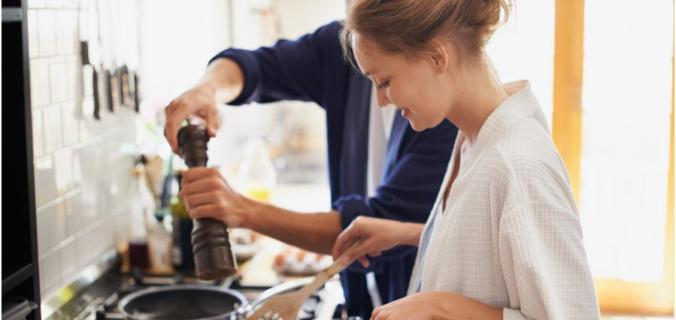 Journée des droits des Femmes : le partage des tâches en cuisine s'est-il amélioré ?
