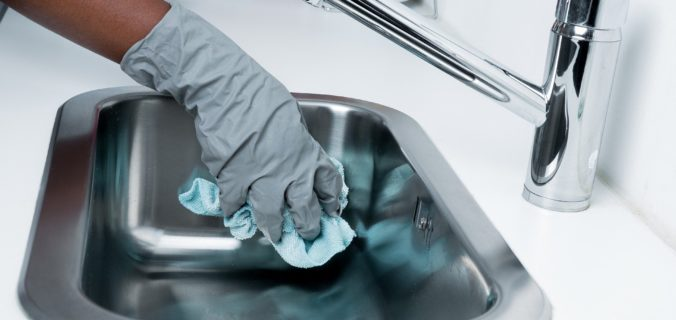 Comment nettoyer les surfaces communes pendant l'épidémie de COVID-19