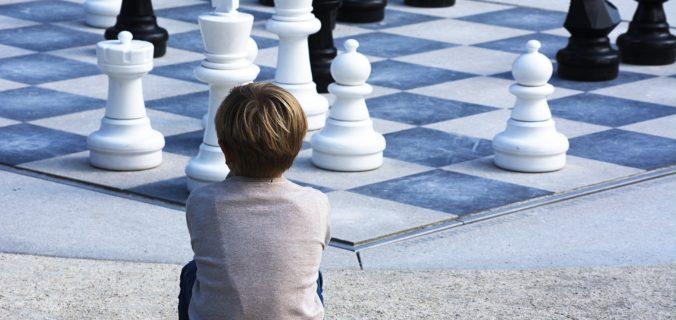 Pourquoi apprendre à votre enfant à jouer aux échecs ?