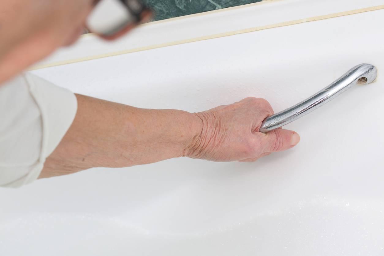 senior salle de bain porte baignoire  Aménager la salle de bains pour éviter les chutes