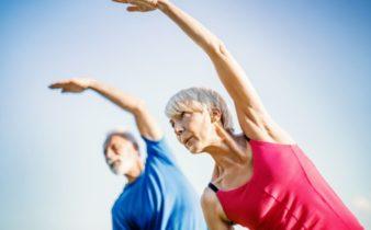 Prendre soin de soi quand on est une personne âgée: la pratique du yoga